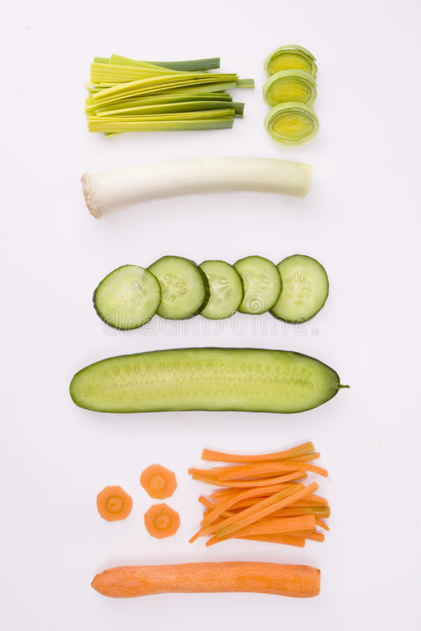 Concombre, poireau et raccord en caoutchouc coupés en tranches sur le fond blanc photos libres de droits