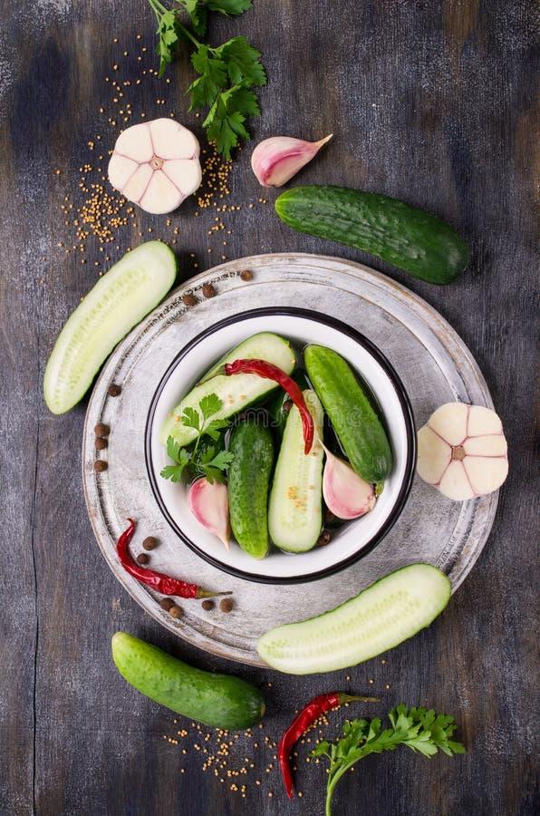 Concombre traditionnel en marinade photos stock