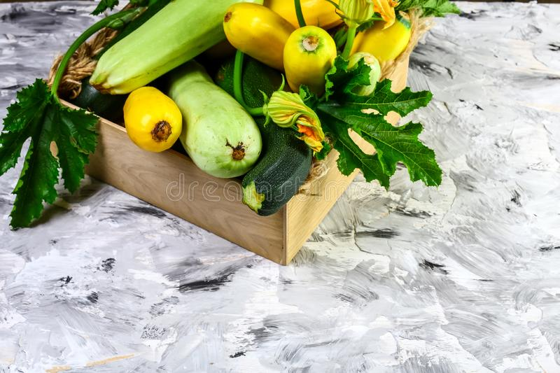 Concombre vert sain frais de courgettes de courgette dans la boîte en bois brune sur le marché, vue supérieure, endroit pour le t photo libre de droits