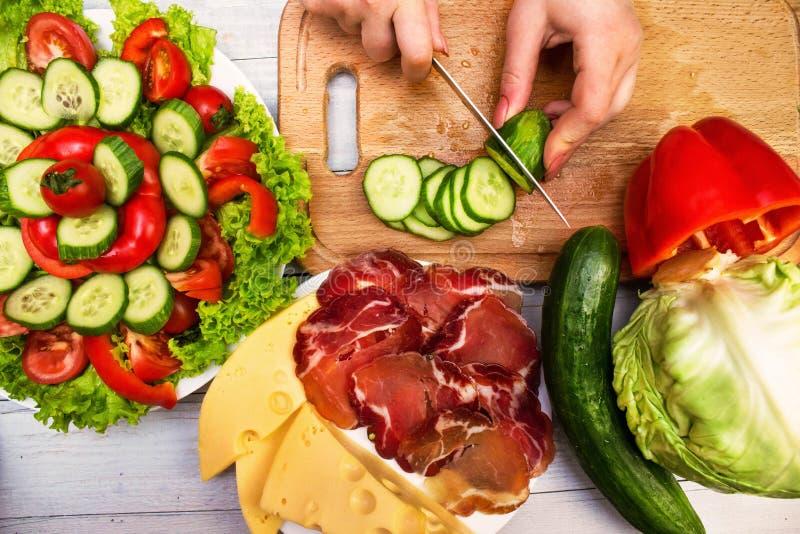 Concombres de coupe, produits alimentaires découpés en tranches images libres de droits