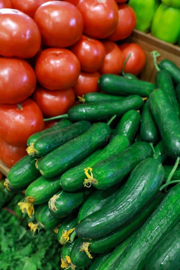 Concombres et tomates frais dans l'épicerie grecque images stock