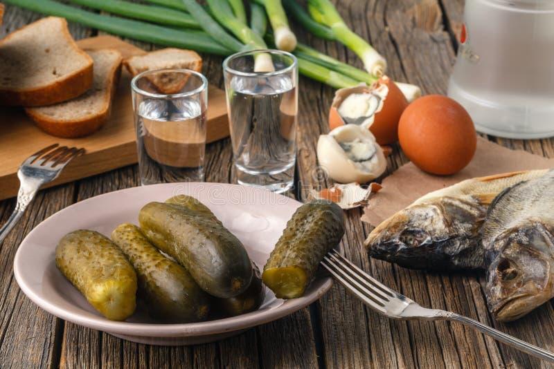 Concombres, pain de seigle, oignons et verres marinés de vodka TR photos stock