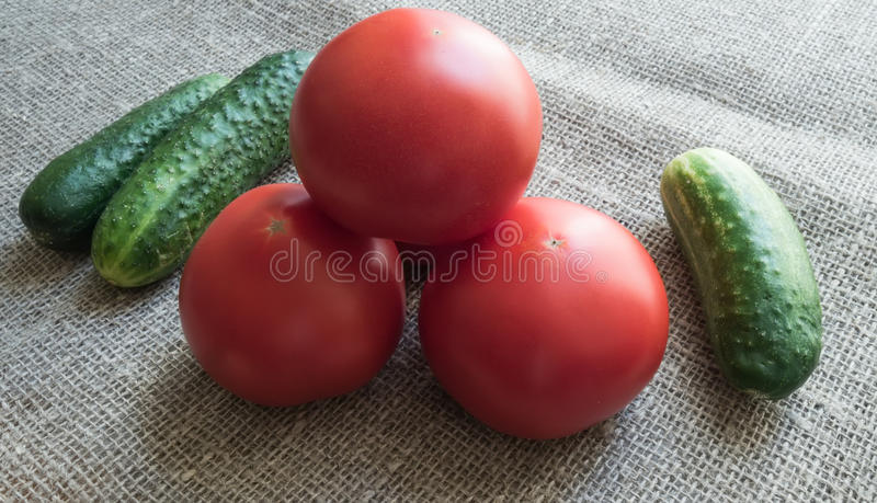Download Concombres Verts Et Tomates Rouges Sur La Toile De Jute Image stock - Image du conserve, corinthe: 77157101