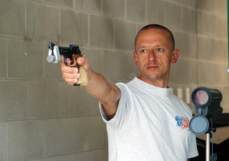 Concorrente masculino na escala de tiro fotografia de stock