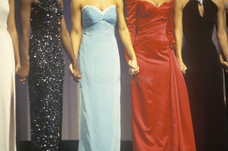 Concorrentes da representação histórica de beleza nos vestidos fotos de stock