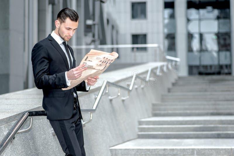 Concorrentes do estudo Opinião lateral um homem de negócios farpado novo lido imagens de stock royalty free