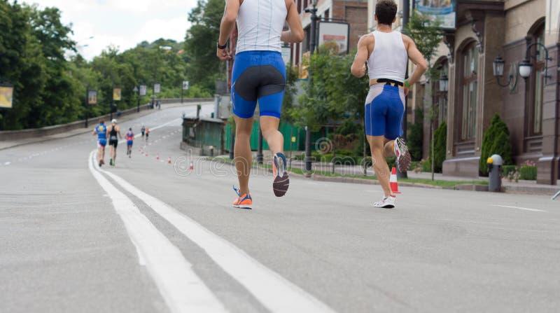 Concorrentes em uma maratona ou em uma competição automóvel foto de stock