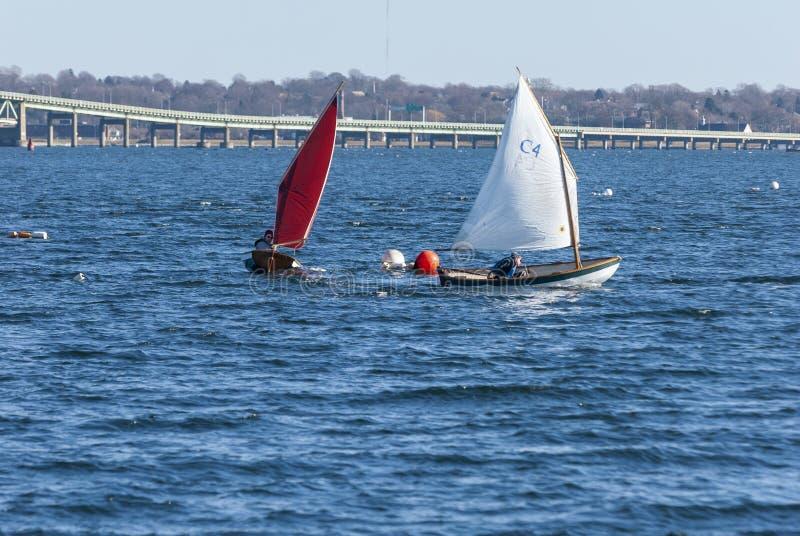 Concorrentes que arredondam a boia na raça do veleiro do inverno fora de Jamestown imagem de stock