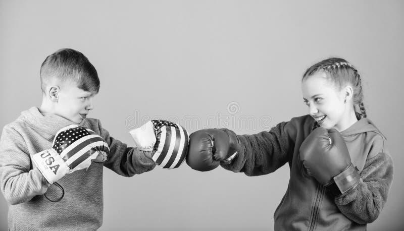 Concorrenti di pugilato del ragazzo e della ragazza Battaglia per attenzione Atleta sportivo del bambino che pratica inscatolando immagini stock libere da diritti