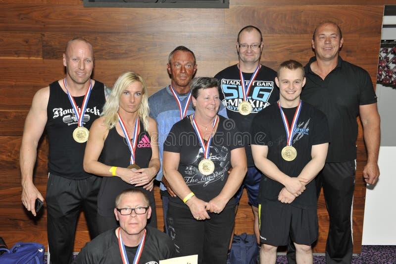 Concorrenti maschii e femminili fieri che mostrano le loro medaglie e trofeo fotografie stock libere da diritti