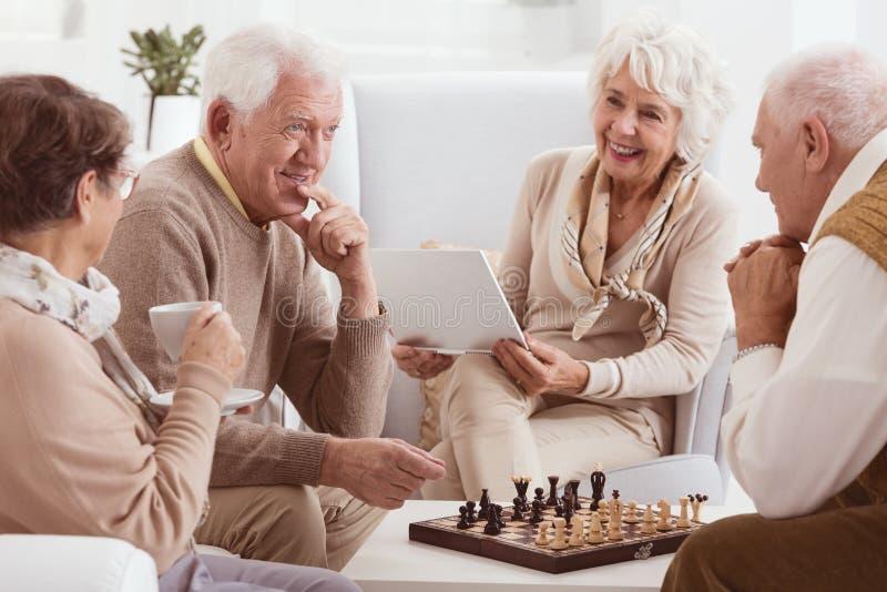 Concorrenza di scacchi fra gli amici fotografia stock