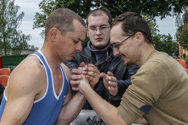 Concours amateurs sur armwrestling dans la région de Gomel du Belarus image libre de droits