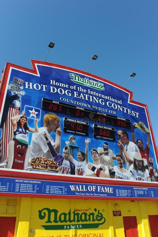 Concours célèbre de hot-dog de Nathan photographie stock libre de droits