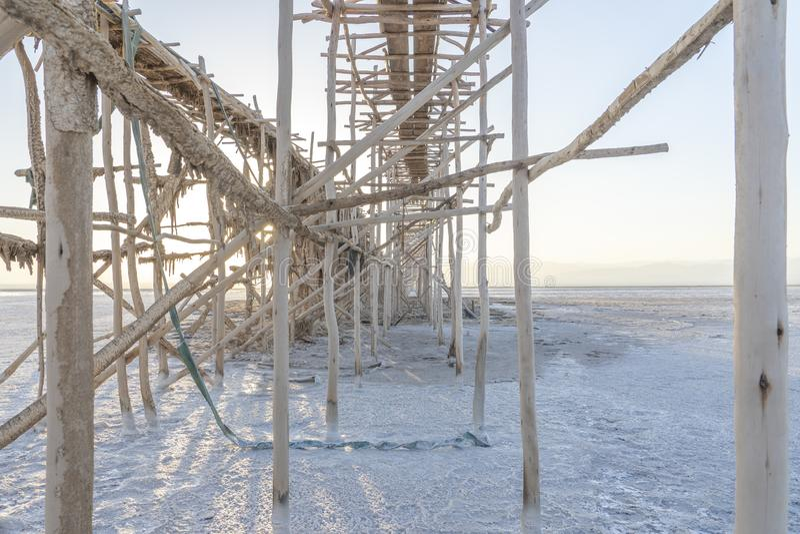 Concrétions de sel sur la pompe d'extraction dans les plans de sel du lac Asale dans la dépression de Danakil en Ethiopie, Afriqu images libres de droits