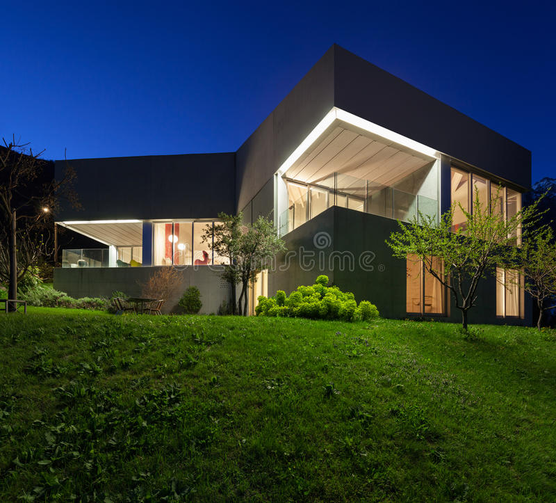 Concreet huis, nachtscène royalty-vrije stock foto's