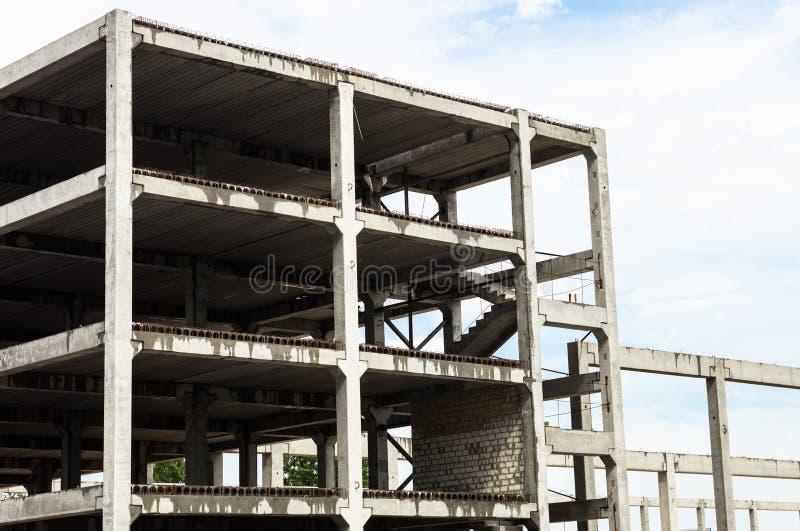 Concreet kader van het toekomstige gebouw in bouwsi stock foto