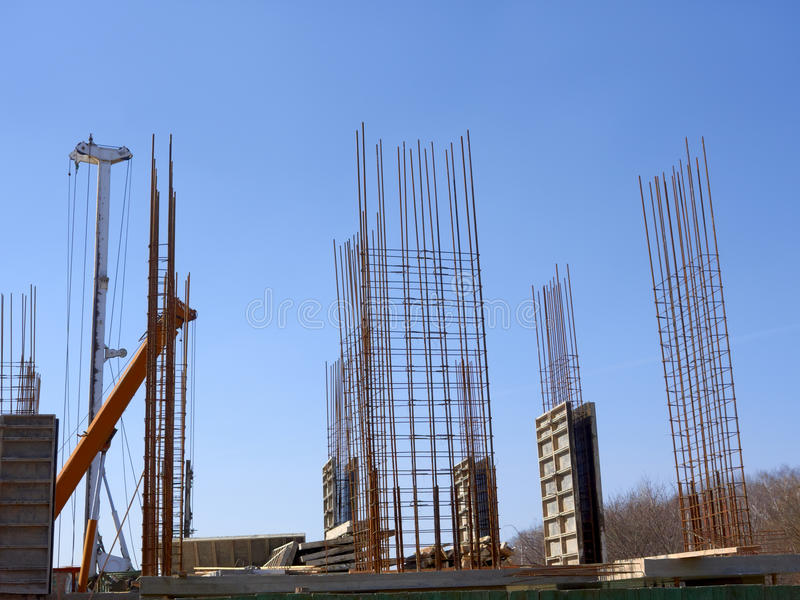 Concreet monolithisch kader van de nieuwe bouw stock fotografie
