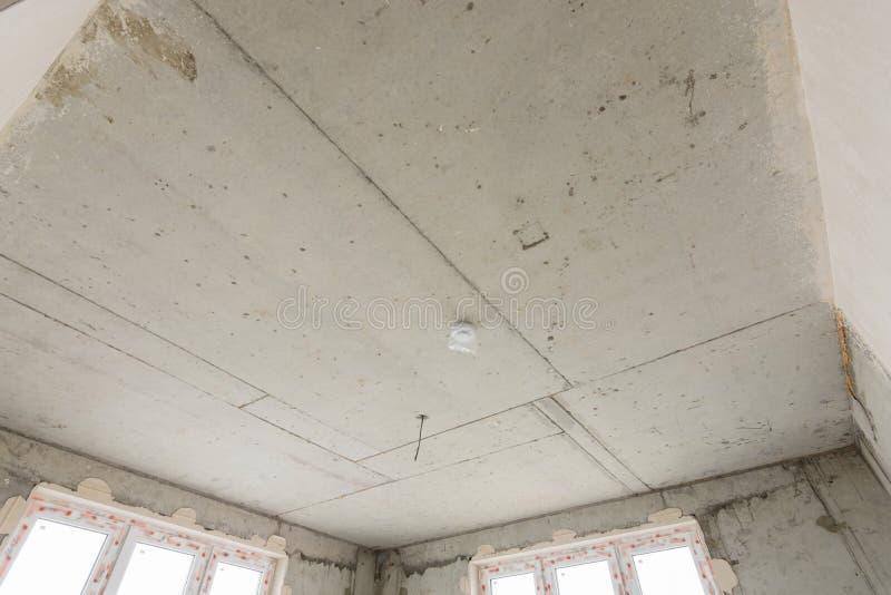 Concreet plafond van monolithisch huisclose-up in een nieuw gebouw royalty-vrije stock afbeeldingen