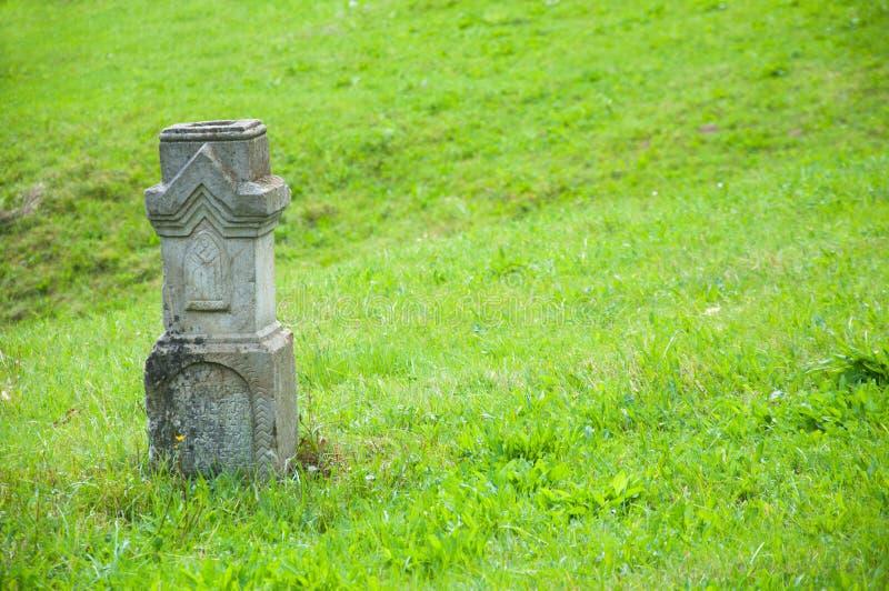 Concreet of steenmonument onder het gebied Op het groene gras stock afbeeldingen