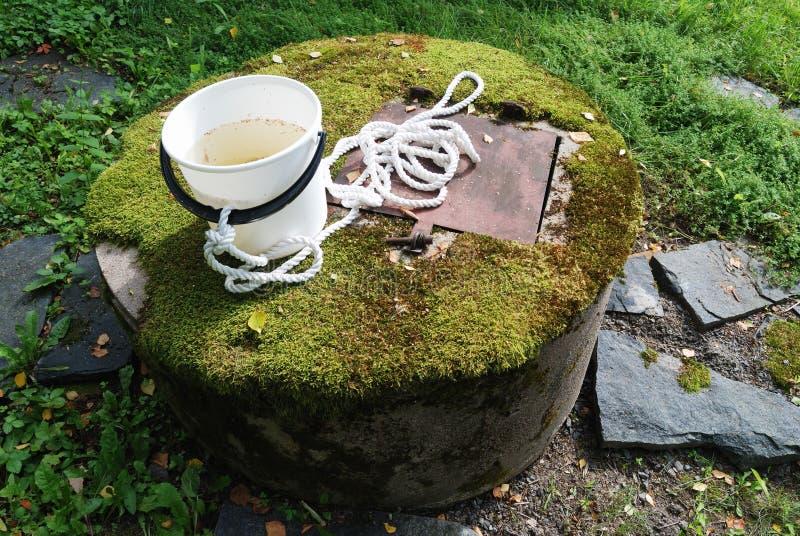 Concret type puits d'eau avec de la mousse image stock