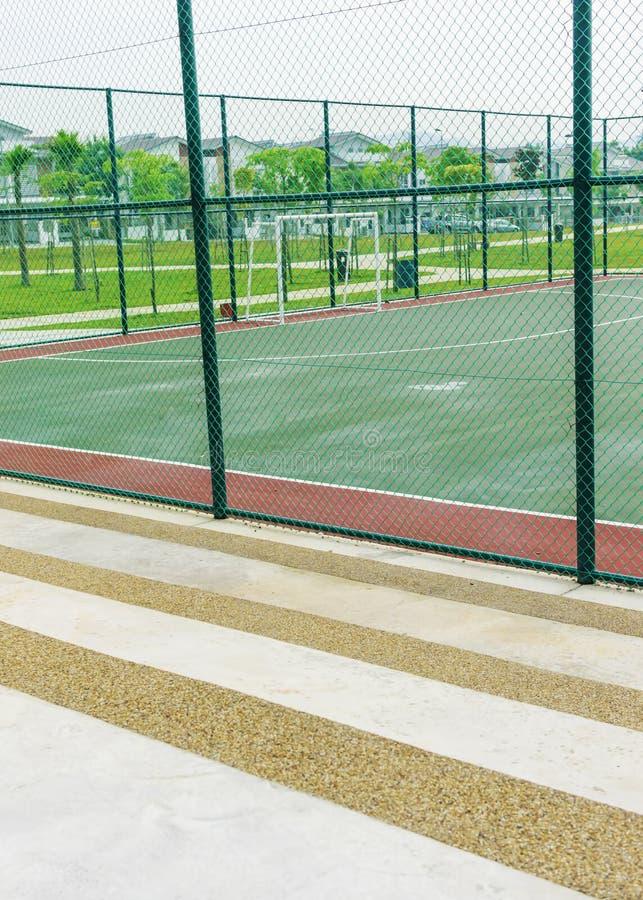 Concrete bank voor toeschouwers bij futsal hof royalty-vrije stock foto's