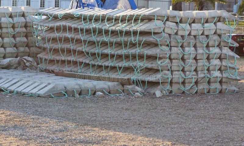 Concrete blokken of matras voor onderzeesteun stock foto