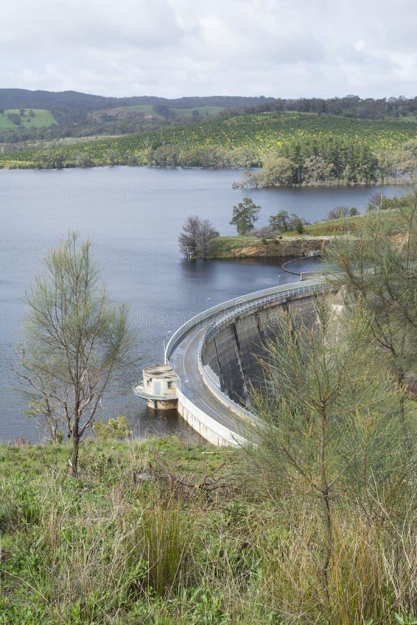 Concrete Boogdam, Myponga-Reservoir, SA - Portretrichtlijn stock afbeelding