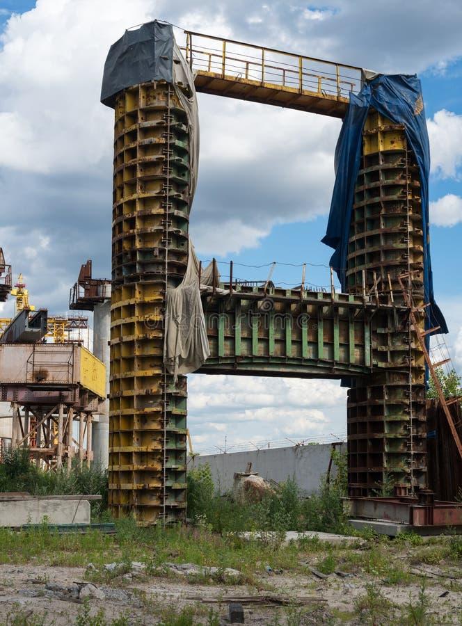 Concrete brugpijler in de metaalbekisting stock foto