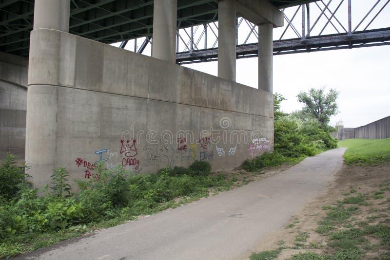 Concrete brugsteun met graffiti stock fotografie