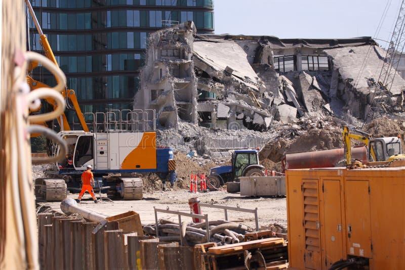 Concrete de industriële bouw vernieling - de bouwvernietiging met machines - blauwe hemel stock fotografie