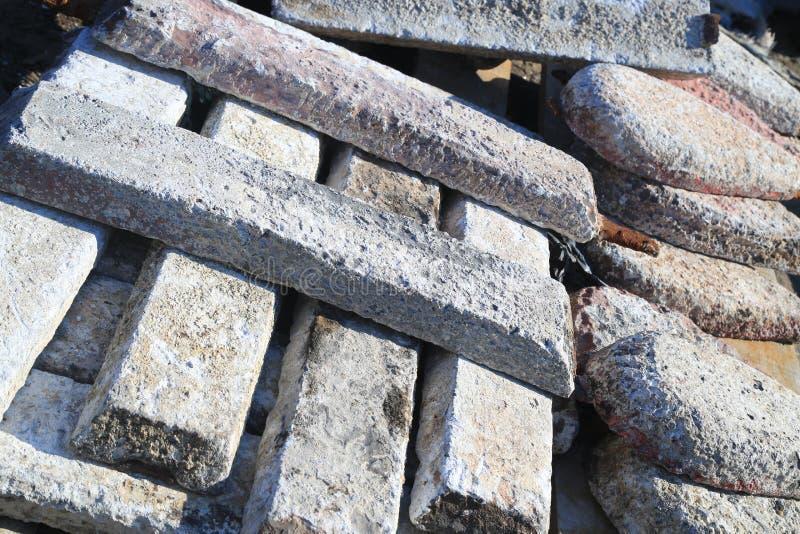 Concrete die plakken voor sporen bovenop elkaar worden gestapeld royalty-vrije stock afbeeldingen