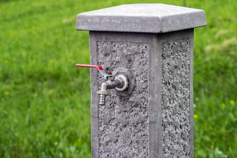 Concrete fontein met een kraan in de yard royalty-vrije stock afbeeldingen