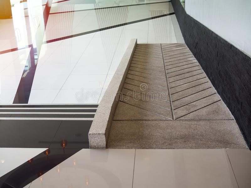 Concrete hellingsmanier voor de gehandicapten van de steunrolstoel binnen het gebouw royalty-vrije stock foto's