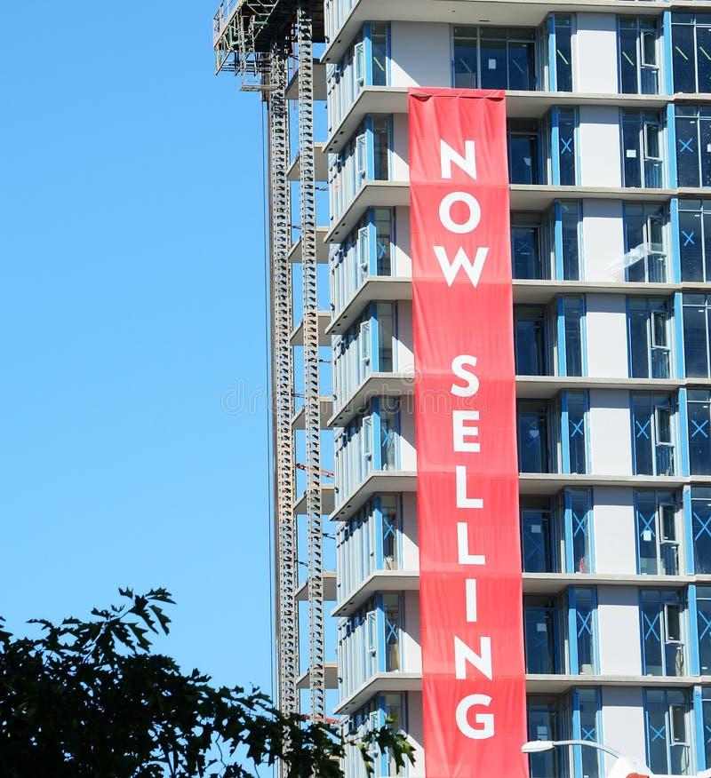 Concrete Highrise van Real Estate bouwwerf, nu Verkopend Teken stock afbeeldingen