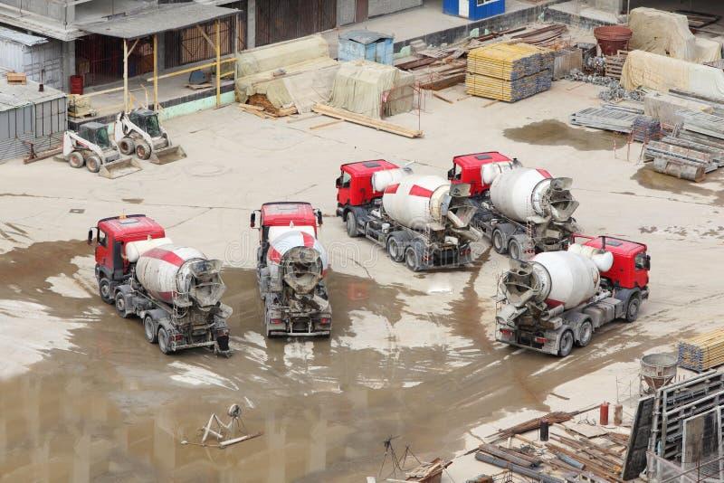 Concrete mixers, tractor, bouwmaterialen royalty-vrije stock afbeeldingen