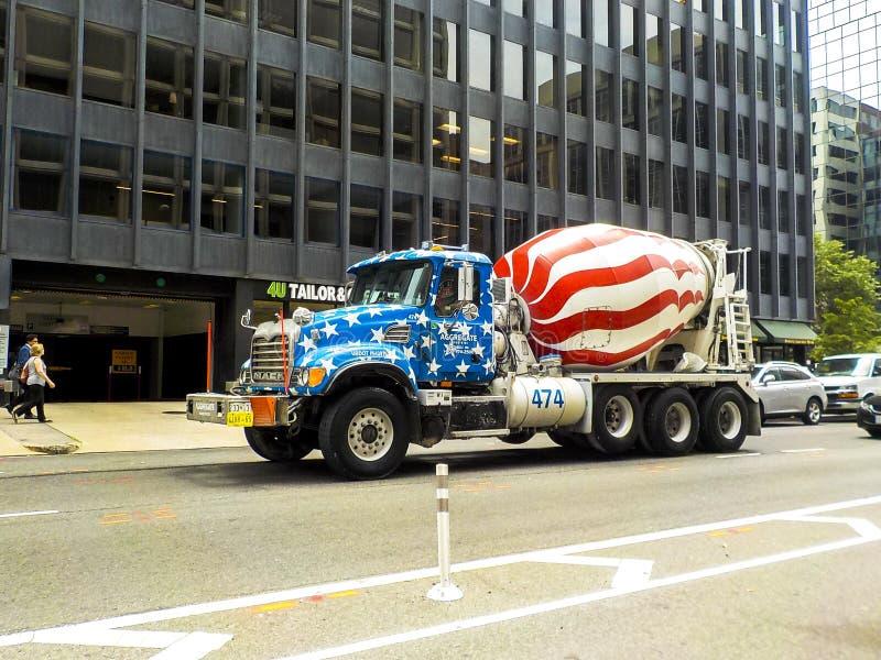 Concrete mixervrachtwagen die door sterren en strepen wordt geschilderd stock foto's