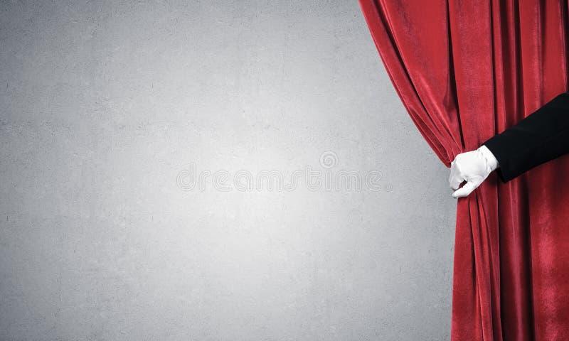 Concrete muur achter gordijngordijn en hand die het openen royalty-vrije stock afbeelding