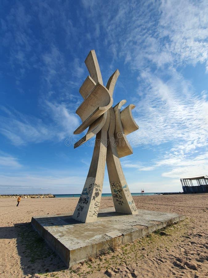 Concrete obelistiek voor de blauwe troebele hemel stock fotografie