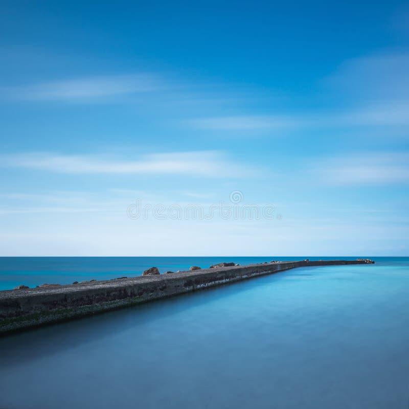 Concrete pijler, rotsen en overzees op zonsondergang Wit strand, Toscanië, het royalty-vrije stock fotografie