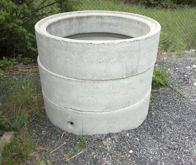 Concrete ringen, drie die stukken op zich worden gelegd royalty-vrije stock afbeelding