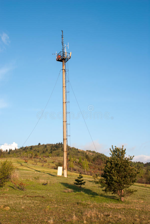 Concrete steun met telecommunicatieantennes Cellulaire toren in de wildernis stock foto
