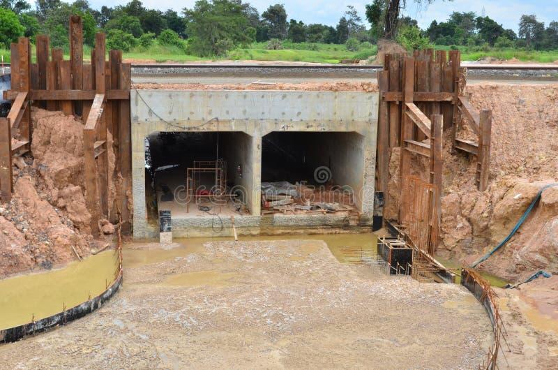 Concrete tunnel en wegenbouw onder spoorweg royalty-vrije stock fotografie