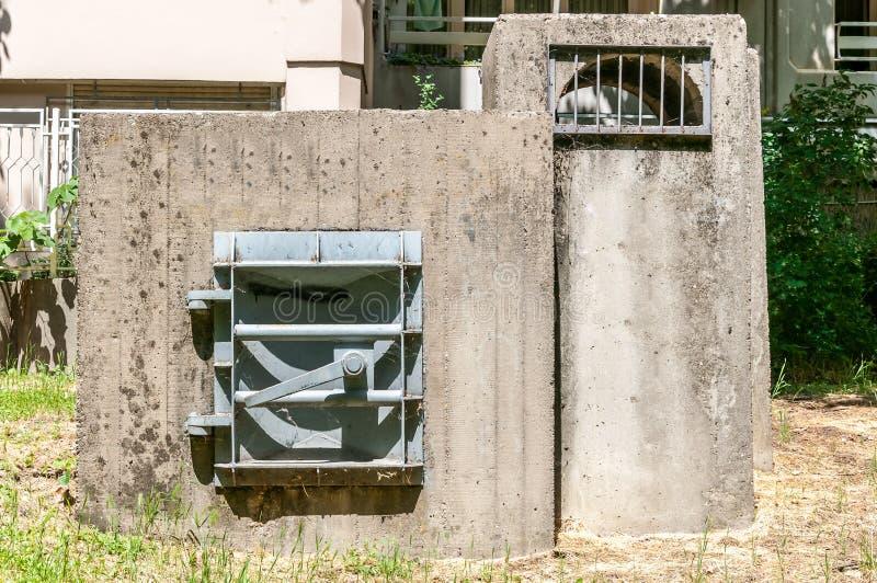 Concrete versterkingsingang met het metaaldeuren van het veiligheidsstaal aan de ondergrondse schuilkelder in de stad in het geva royalty-vrije stock foto's