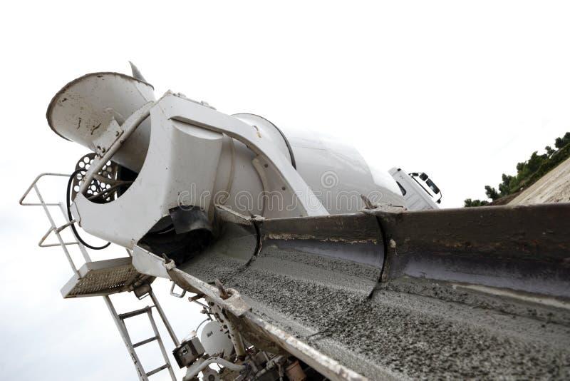 Concrete vrachtwagen en helling   stock foto