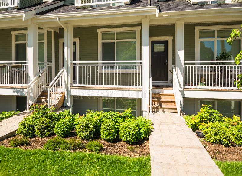 Concrete weg aan de ingang van gloednieuw huis in de stad op zonnige dag in Canada royalty-vrije stock foto's