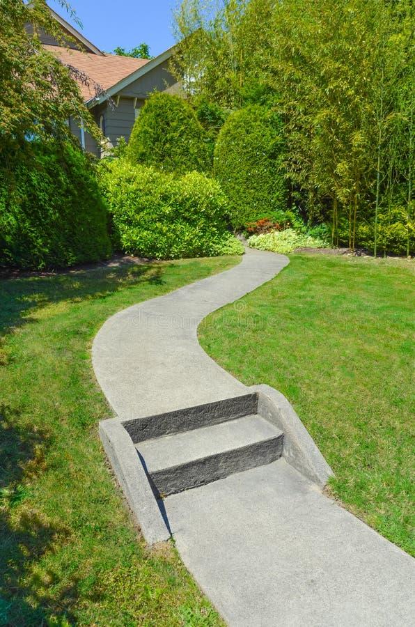 Concrete weg met stappen die tot het huis leiden royalty-vrije stock afbeelding