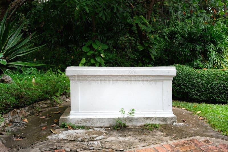 Concreto branco vazio do retângulo no meio imagens de stock royalty free