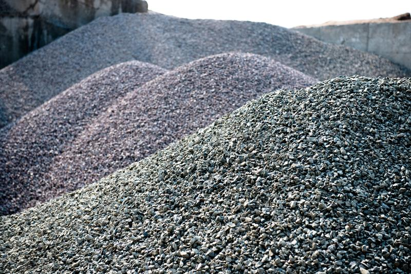 Concreto cinzento da mistura do asfalto das texturas da pedra do cascalho na construção de estradas Rocha e pedra da pilha para i imagens de stock