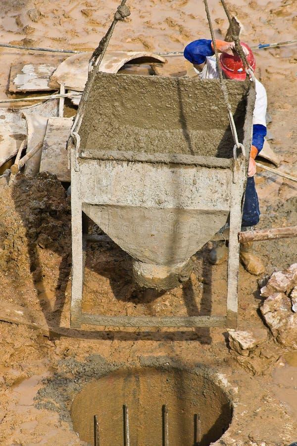 Concreto de colada del trabajador de construcción (2) fotografía de archivo libre de regalías