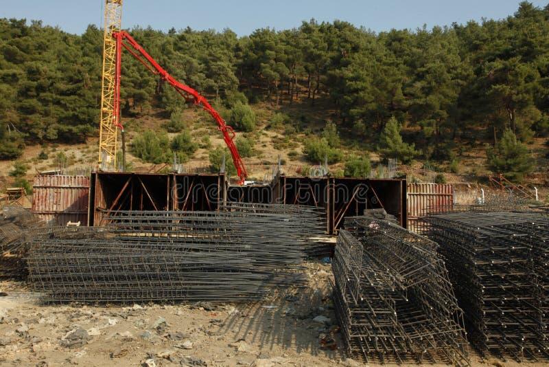 Concreto de derramamento de construção, rebar sob o céu foto de stock
